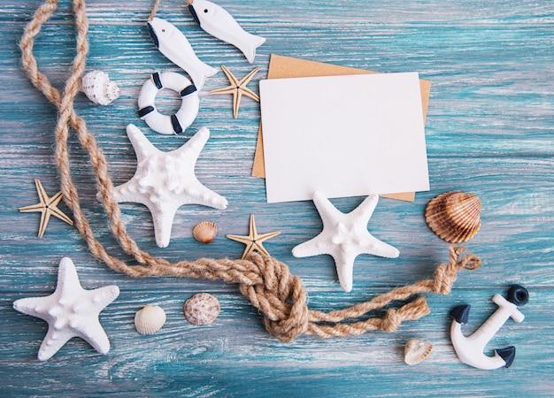 Coquillages, étoiles de mer et une carte postale vierge