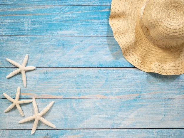 Coquillages, étoiles de mer, chapeaux. idées de vacances