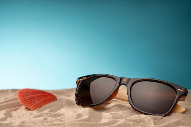 Coquillages, habitat sûr pour la vie marine. carte pour voyages avec divers objets de loisirs, voyages au bord de l'océan et piscine.