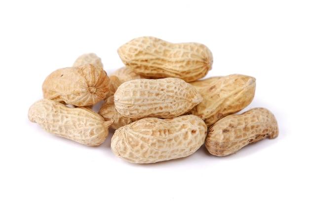 Coquille d'arachide isolé sur blanc