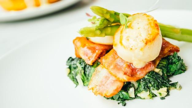 Coquille saint-jacques avec bacon et asperges
