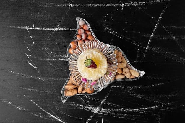 Coquilles d'amande et de noix dans un récipient en verre.