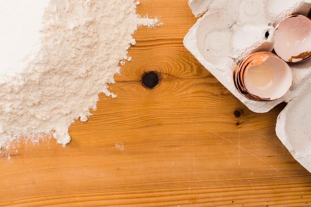 Coquilles d'oeufs vides près de farine