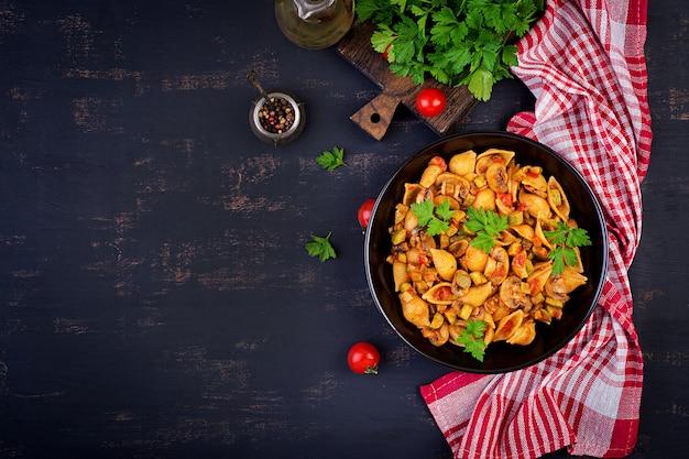 Coquilles de pâtes italiennes avec champignons, courgettes et sauce tomate