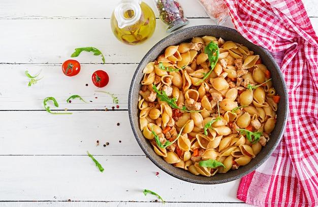 Coquilles de pâtes italiennes à la viande et sauce tomate. pâtes conchiglie. vue de dessus