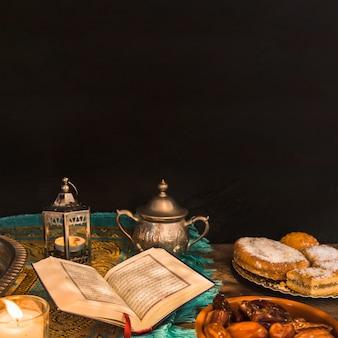 Coran au milieu de la nourriture et des décorations
