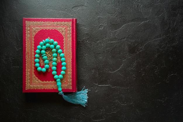Coran et chapelet isolé sur noir