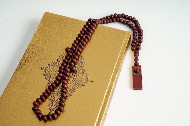 Coran du livre sacré islamique avec des perles de prière