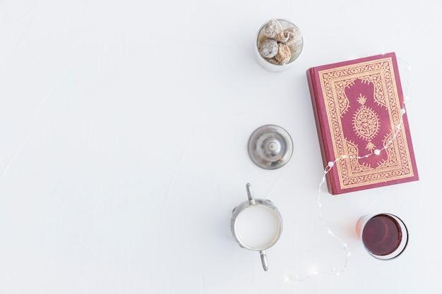 Coran avec du thé et des guirlandes