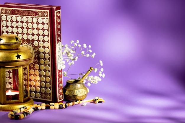 Coran avec lanterne et tasbih
