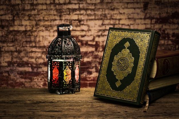 Coran - livre sacré des musulmans (objet public de tous les musulmans) sur la table, la nature morte
