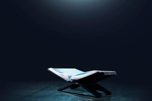 Coran ouvert sur un napperon en bois