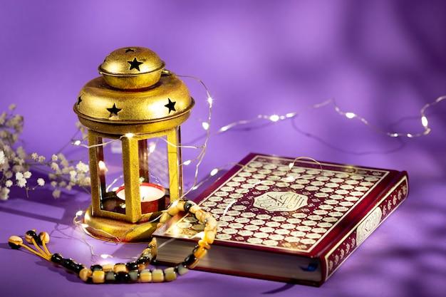 Coran vue de face avec bougie et lumières