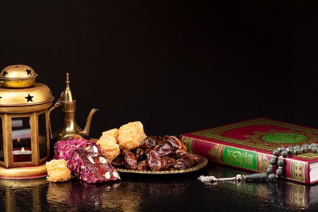 Coran vue de face à côté des pâtisseries