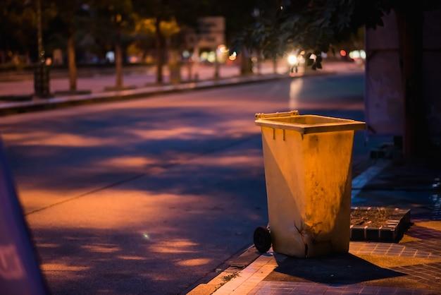 Corbeille sur le bord de la route la nuit