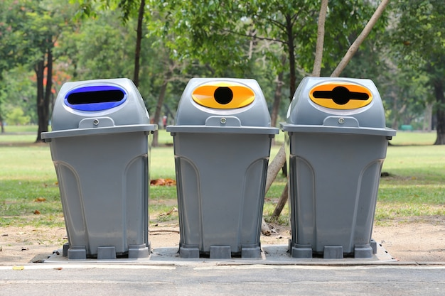 Corbeille classer de la saleté d'objet à l'utilisation pour recyclé.