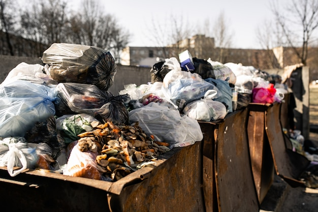 Corbeille débordante. les poubelles sont surchargées de colis de déchets