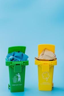 Corbeilles jaunes, vertes et rouges avec symbole de recyclage sur fond bleu. gardez la ville bien rangée, laisse le symbole de recyclage. concept de protection de la nature.