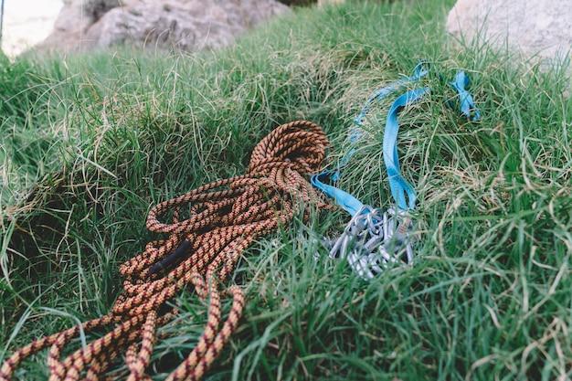 Cordage d'escalade dans l'herbe