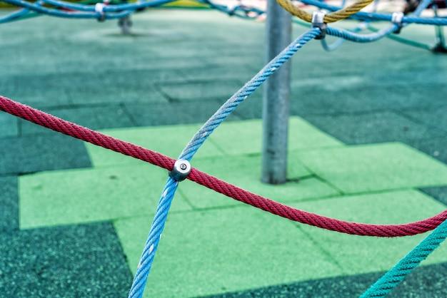 Corde en acier multicolore sur le terrain de jeu