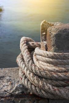 La corde d'ancrage attache le pilier de pierre