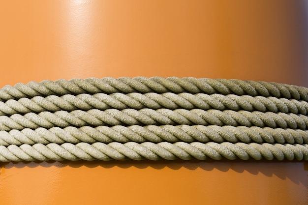 Corde attachée à un poteau orange