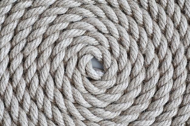 Corde épaisse tressée attachée dans un écheveau. corde de chanvre pour la décoration et le design. contexte d'une corde de pêche.