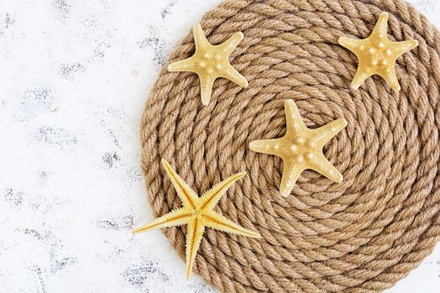 Corde et étoile de mer. vue de dessus