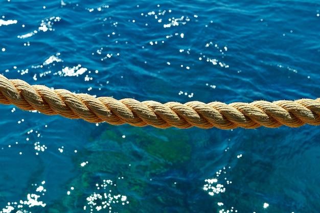 Corde sur le fond du récif de dauphin de la mer rouge