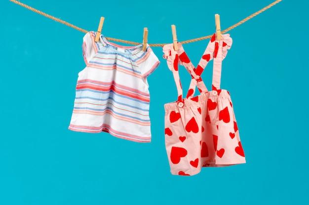 Corde à linge avec des vêtements de bébé épinglés se bouchent