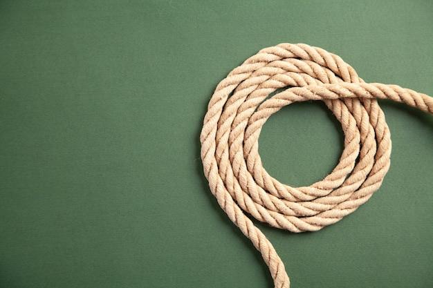 Corde marron sur fond vert.