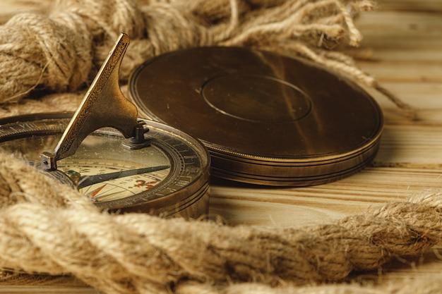 Corde de navire et boussole sur fond en bois