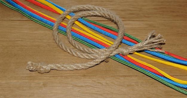 Corde avec des noeuds sur le fond des planches en bois
