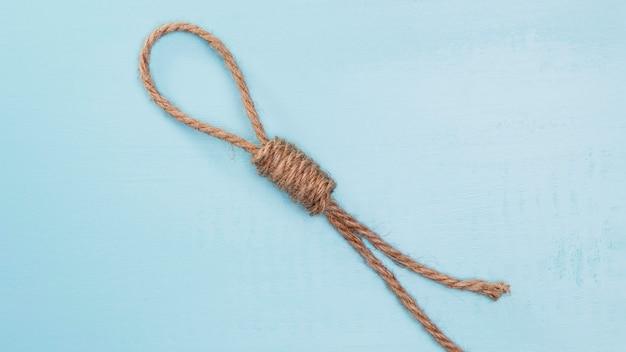 Corde solide marron avec un nœud difficile
