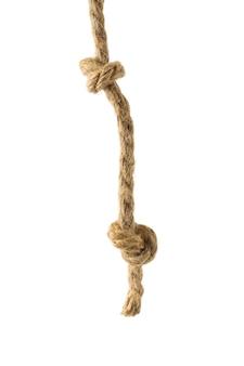 Corde torsadée épaisse avec deux gros nœuds isolés sur une surface blanche
