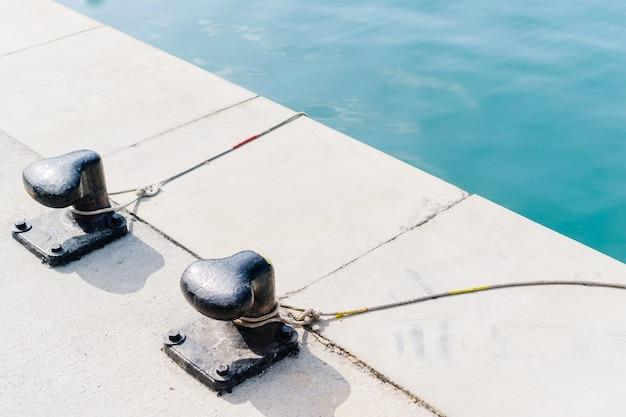 Cordes attachées à borne métallique