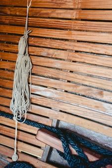 Des cordes de bateau nouées pour tenir les voiles.