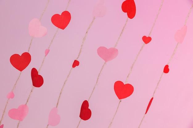 Cordes composées de coeurs sur un fond rose