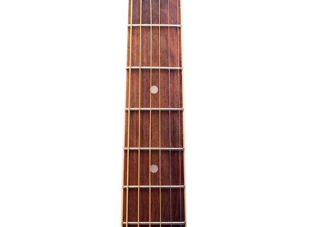 Cordes de guitare sur mur blanc isolé