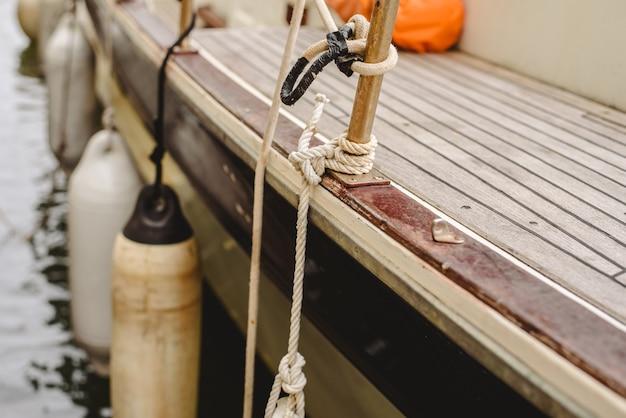 Cordes, taquets et bornes pour attacher les bateaux au port.