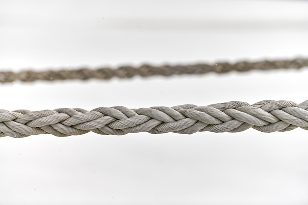 Cordes de voile suspendues à un bateau de pêche ou à un yacht, en gros plan. fragment détaillé de corde.