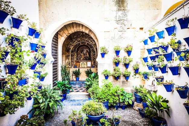 Cordoue, andalousie, espagne. une vieille église avec les fleurs traditionnelles érigées de cette ville.