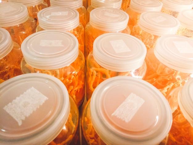 Cordyceps militaris dans des bouteilles en verre à la ferme à base de plantes