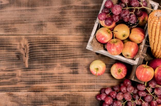 Corne d'abondance des récoltes d'automne. fond de thanksgiving. saison d'automne avec des fruits biologiques