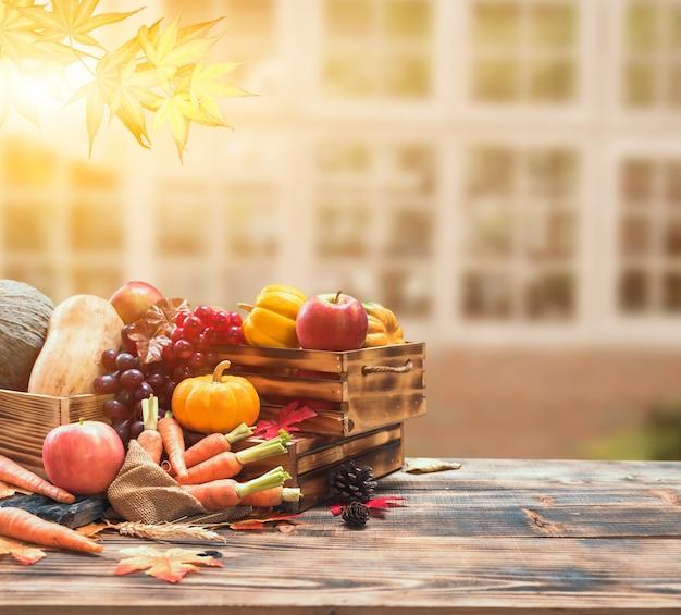 Corne d'abondance des récoltes d'automne. saison d'automne avec des fruits et légumes. concept de jour de thanksgiving.