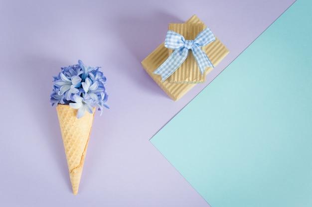 Corne de crème glacée ou cône avec jacinthe pourpre sur un violet