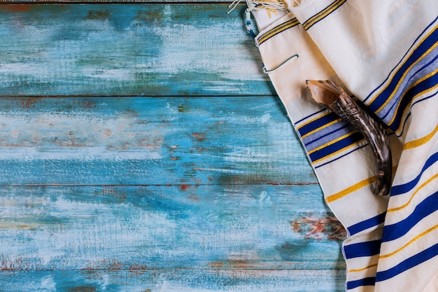 Corne de shofar et vacances juives de tallit avec des juifs hassidiques prient