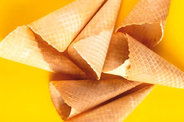 Cornes croustillantes dorées vives sur un mur jaune