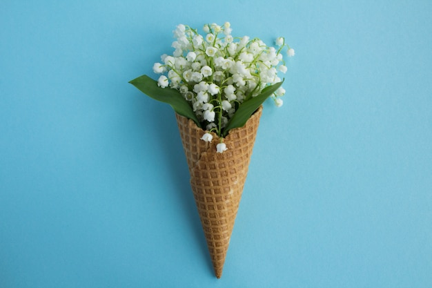 Cornet de crème glacée aux muguets au centre