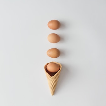 Cornet de crème glacée aux œufs. concept de pâques minimal.
